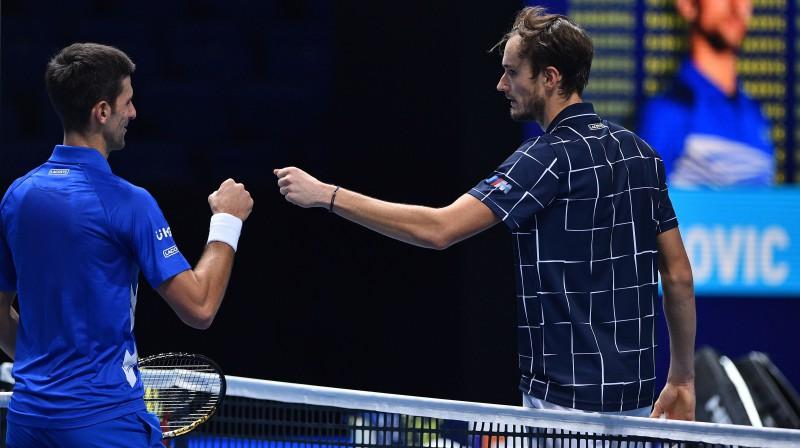 """Novaks Džokovičs un Daniils Medvedevs 18. novembrī """"ATP Finals"""" turnīrā Londonā. Foto: AFP/Scanpix"""