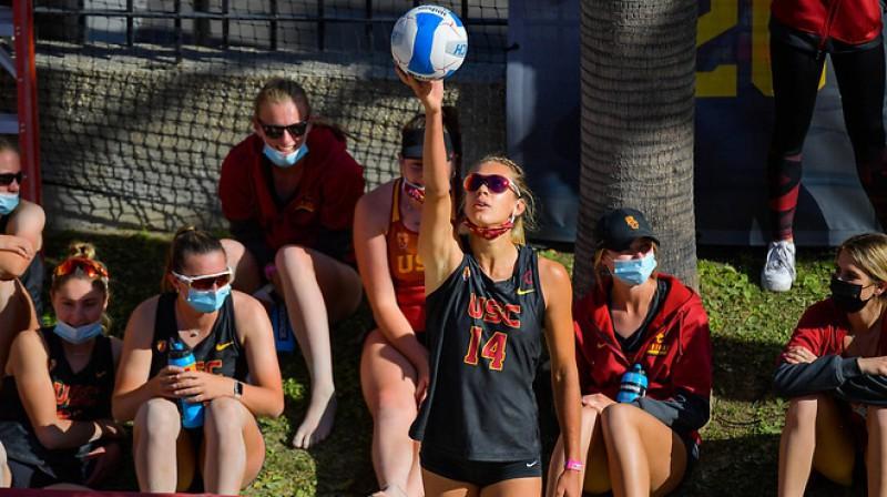 Tīna Graudiņa ar bumbu. Foto: John McGillen / USC Athletics