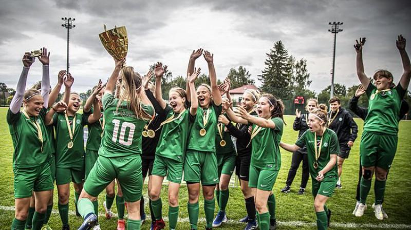 """""""Mettas"""" meitenes ar Latvijas U16 čempioņu kausu. Foto: LFF"""