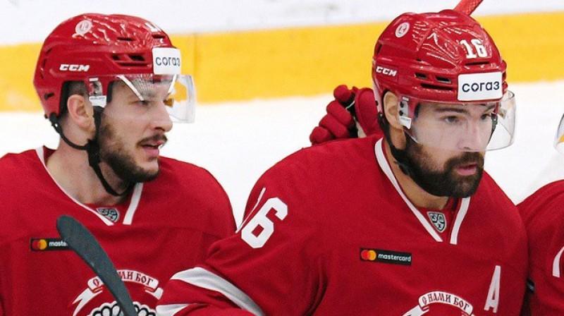 Džastins Denforts un Kaspars Daugaviņš. Foto: Deniss Dudujevs, HC Vityaz