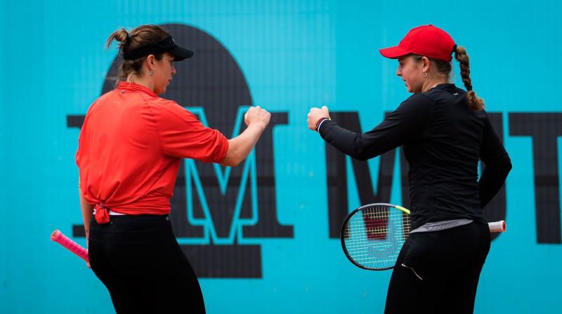 Anastasija Pavļučenkova un Aļona Ostapenko Madridē. Foto: AFP/Scanpix
