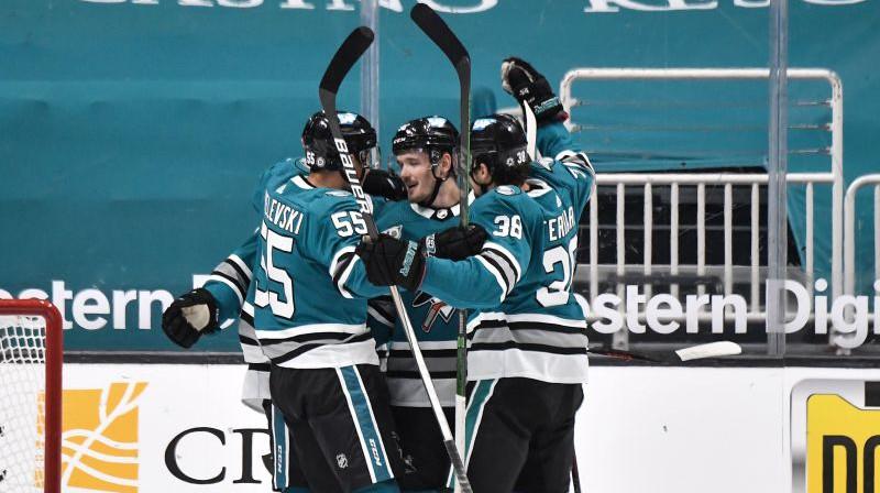 Rūdolfs Balcers saņem komandas biedru apsveikumus. Foto: San Jose Sharks