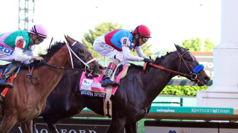 """""""Medina Spirit"""" ar žokeju Džonu Velaskesu triumfē Kentaki zirgu skriešanās sacensībās. Foto: USA Today Sports/Scanpix"""