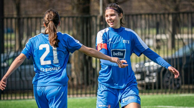 """""""Rīgas Futbola skolas"""" futbolistes svin vārtu guvumu. Foto: Rīgas Futbola skola"""