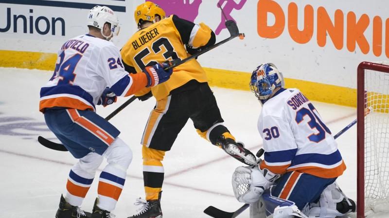"""Teodors Bļugers Ņujorkas """"Islanders"""" vārtu priekšā. Foto: Gene J. Puskar/AP/Scanpix"""