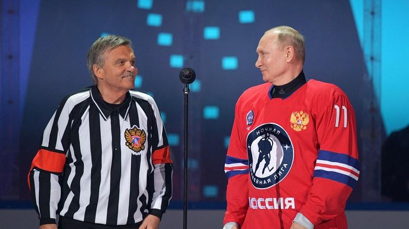 Renē Fāzels un Vladimirs Putins 2021. gada 10. maijā Nakts hokeja līgas spēlē Sočos. Foto: AFP/Scanpix