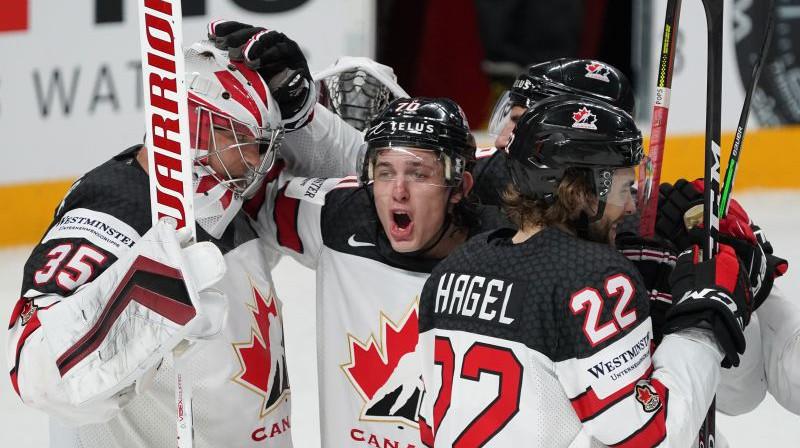 Kanādas hokejisti atzīmē pusfināla uzvaru. Foto: Vladislavs Proškins/f64