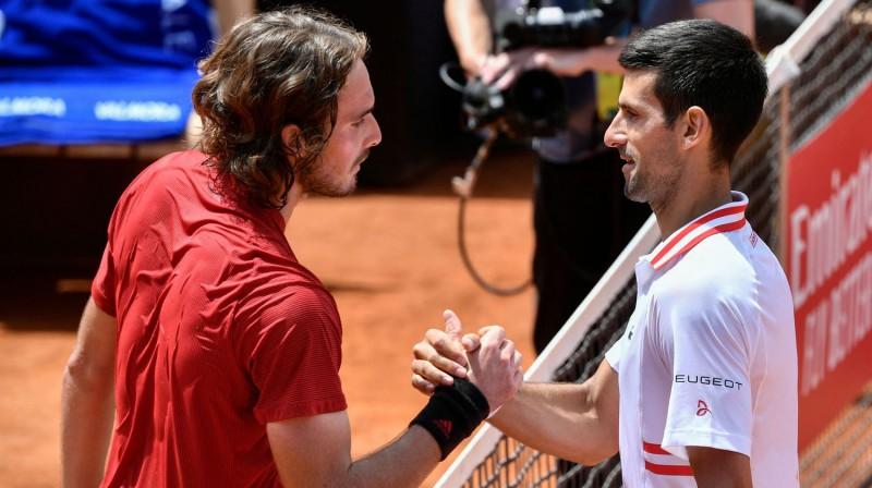 Stefanoss Cicipass un Novaks Džokovičs maijā Romā. Foto: AFP/Scanpix