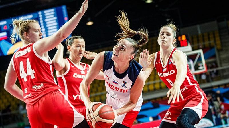 Marija Vadejeva čehu spēlētāju ielenkumā. Foto: FIBA