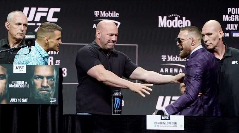 Dastins Porjē (pa kreisi) un Konors Makgregors (pa labi). Foto: AP/Scanpix