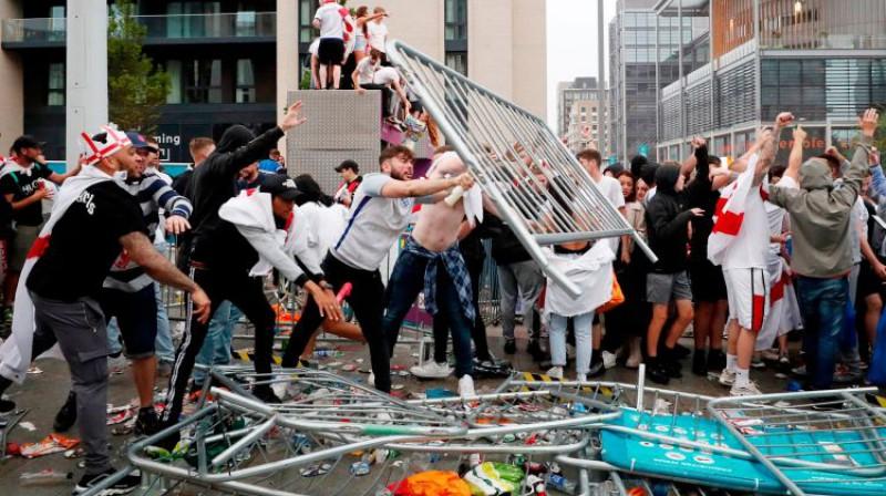 Līdzjutēji noārdījuši nožogojumus pie Vemblija stadiona. Foto: Action Images via Reuters/Scanpix