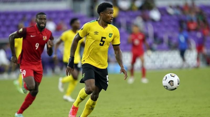 Jamaikas izlases aizsargs Alvass Pauels ar bumbu. Foto: John Raoux/AP/Scanpix