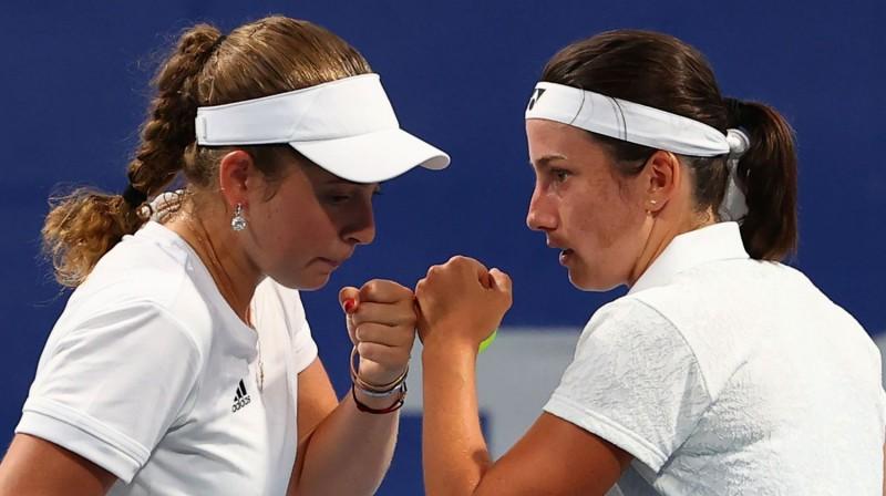 Aļona Ostapenko un Anastasija Sevastova dubultspēlē Tokijā. Foto: Reuters/Scanpix