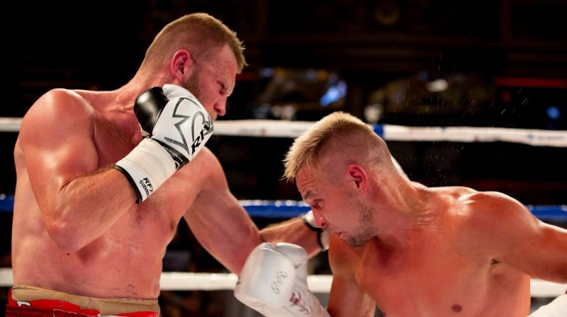 Kristaps Bulmeistars (pa kreisi) cīņā pret Ivanu Muraškinu. Foto: Boriss Simsons/LNK Boxing