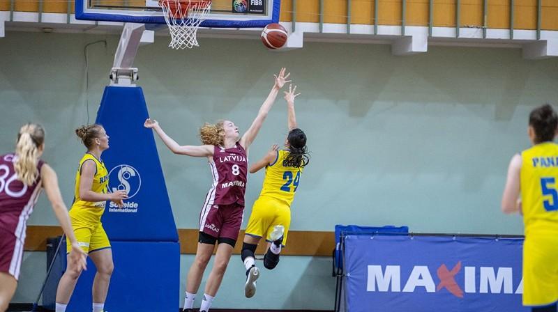 Luīze Anna Sila aizsardzībā pret Portugāli. Foto: FIBA