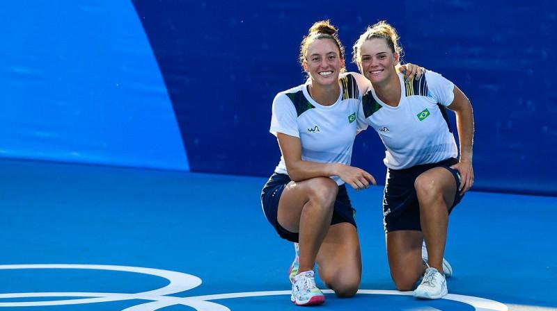 Luisa Stefani un Laura Pigosi: pirmā tenisa medaļa Brazīlijas vēsturē. Foto: AFP/Scanpix