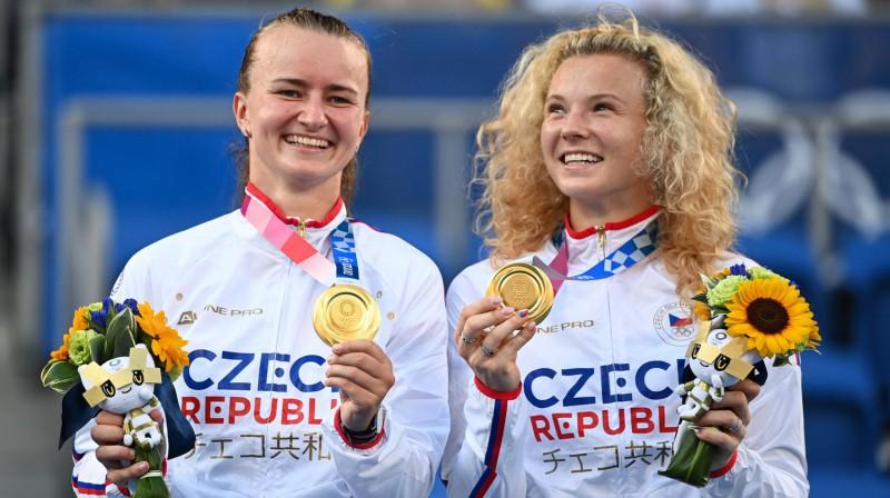 Barbora Krejčīkova un Kateržina Sinjakova. Foto: Reuters/Scanpix
