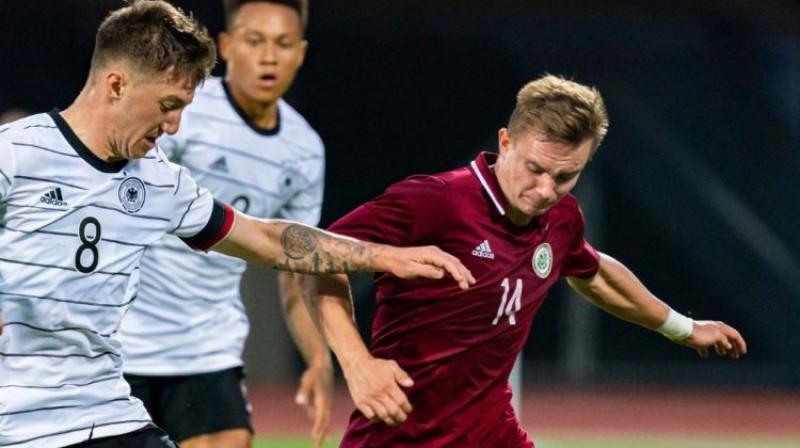 Rihards Ozoliņš spēlē pret Vācijas U21 izlasi. Foto: LFF