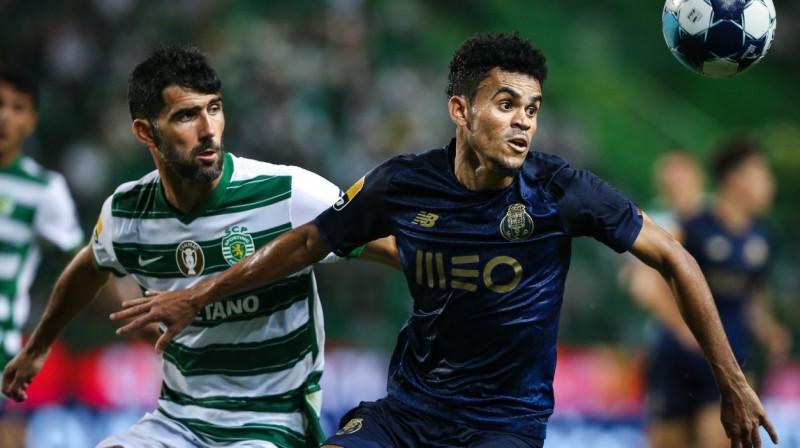 """Cīņa par bumbu starp Netu (Lisabonas """"Sporting"""") un Luisu Diasu (""""Porto""""). Foto: Rodrigo Antunes/EPA/Scanpix"""
