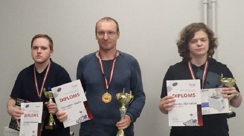 Goldalgoto vietu ieguvēji: (no kreisās) Gunārs Gribuška, uzvarētājs Raimonds Vipulis un Renards Helfrehts. Foto: Latvijas dambretes federācija.