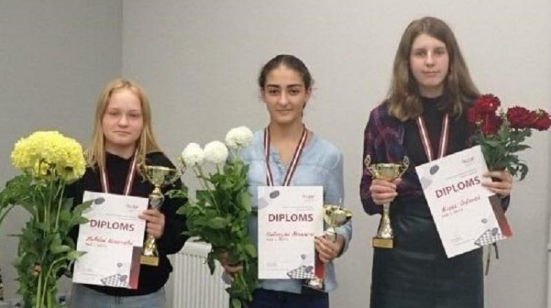 Medaļu ieguvējas: (no kreisās) V.Vasariete, V.Nesanira, A.Orlova. Foto: Latvijas dambretes federācija.