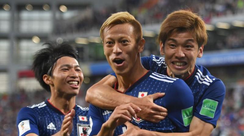 Keisuke Honda tiek sveikts ar vārtu guvumu. Foto: Chine Nouvelle/Sipa/Scanpix
