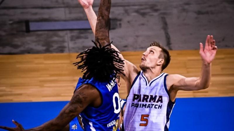 Mareks Mejeris cīņā par bumbu. Foto: FIBA Champions league