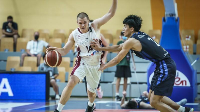 Dāvis Denafs ar bumbu. Foto: FIBA