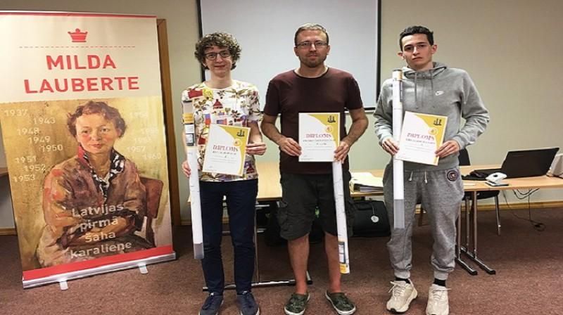 Pirmo trīs vietu ieguvēji: (no kreisās) Artis Alainis, Konstantīns Gudovskis un Daniels Milovs. Foto: Latvijas šaha federācija.