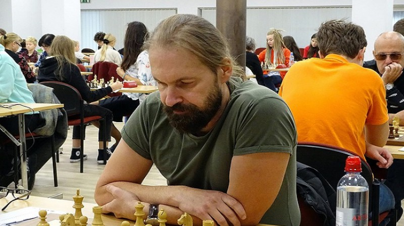 Līderis pēc piecām kārtām Rolands Bērziņš. Foto: Latvijas šaha federācija.