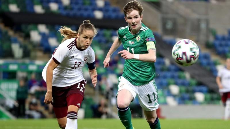 Latvijas izlases futboliste Sandra Voitāne (Nr. 13) cīņā par bumbu. Foto: imago images/Inpho Photography/Scanpix