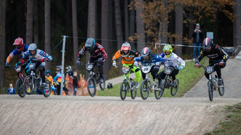 Pro Open grupā uzvaru spraigā cīņā svinēja Mārtiņš Emīls Treimanis (otrais no kreisās).  Foto: Sanda Tūtere
