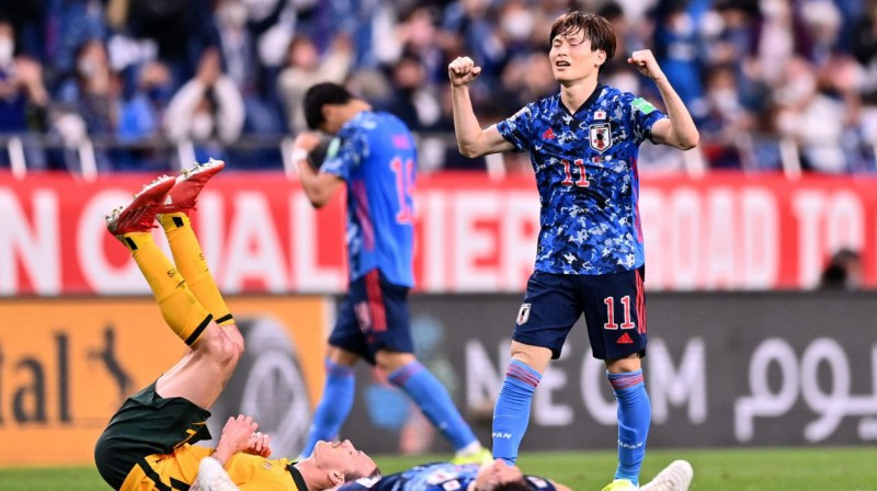 Japānas izlases futbolists Kjogo Furuhaši (Nr. 11) svin panākumu pār Austrāliju. Foto: Charly Triballeau/AFP/Scanpix