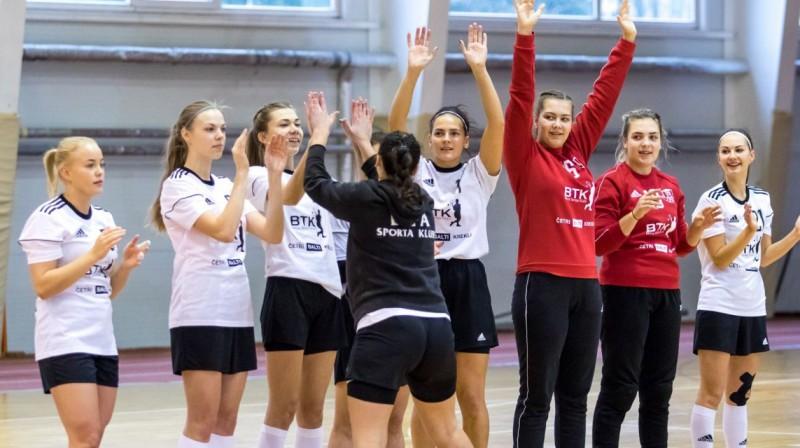 LSPA handbolistes. Foto: LSPA women handball team