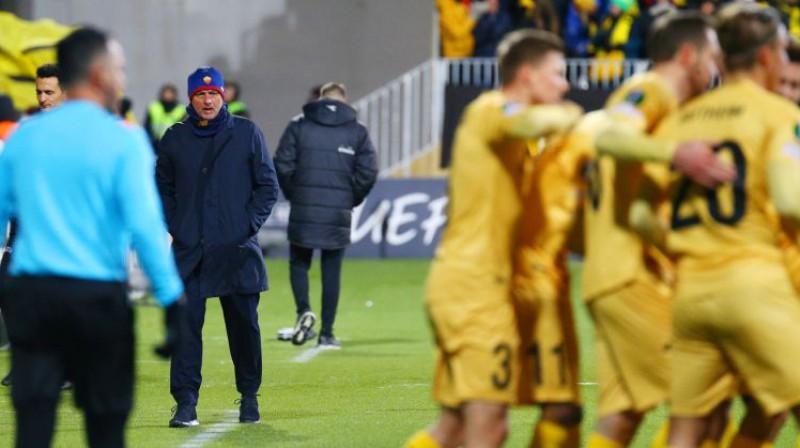 """Žuzē Morinju spiests noskatīties, kā kārtējos vārtus svin """"Bodo/Glimt"""" futbolisti. Foto: EPA/Scanpix"""