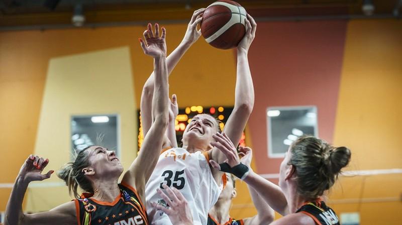 Daugile Šarauskaite cīņā ar Jevgeņiju Beļakovu un Emmu Mēsemanu. Foto; Romāns Kokšarovs/FIBA